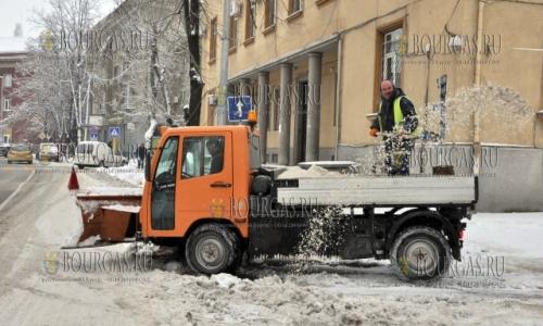 7 января 2017 года, Хасково, в городе ведут неравный бой с гололедом с помощью соли, песка и совковой лопаты