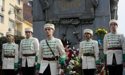 18 февраля 2017 года, Монтана - памятник Василу Левскому, у памятника по случаю 144-й годовщины со дня смерти болгарского национального героя - болгары заступают в почетный караул