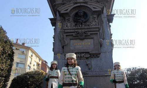17 февраля 2017 года, София - памятник Василу Левскому, у памятника по случаю 144-й годовщины со дня смерти болгарского национального героя - болгарские дети заступают в почетный караул