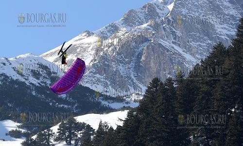 2 февраля 2017 года, Банско, парапланеристы в небе над болгарским горнолыжным курортом