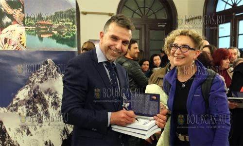 7 февраля 2017 года, София, ученый и альпинист Боян Петров, в здании БАН представил фотовыставку и презентовал свою книгу - Первые семь