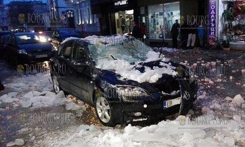Лед с крыш домов болгарских городов крушит автомобили