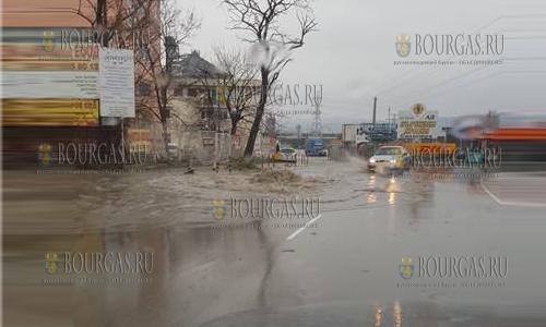 13 марта 2017 года, Варна, здесь проливные дожди в ливневке сотворили гейзер, который то и дело фонтанировал сегодня