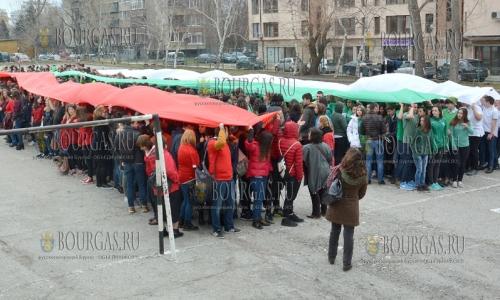 2 марта 2017 года, гимназия Йоан Екзарх в Варне, к предстоящему празднику - Дню освобождению Болгарии от Османского ига, представили большой болгарский флаг