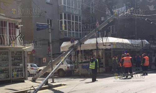 20 марта 2017 года, София, на улице Раковски - устал и упал столб, обошлось без жертв
