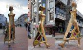 20 марта 2017 года, Варна, в центре города на бульваре Князь Борис I появилась инопланетянка, архитектурная композиция - Прогулка, скульптора Веселина Костадинова