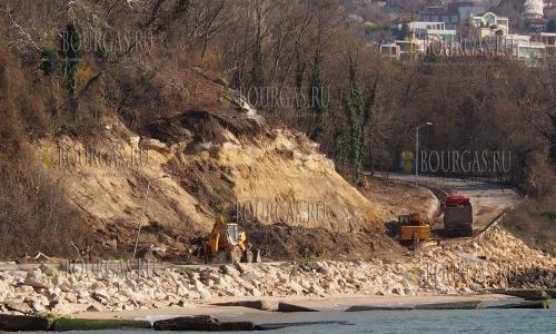 26 марта 2017 года, набережная Варны, здесь на днях произошел оползень и теперь идут ремонтные работы
