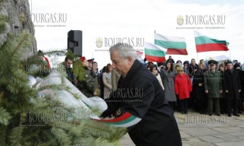 3 марта 2017 года, комплекс на Шипке, Огнян Герджиков - возложил цветы к могиле русских и болгарских войнов