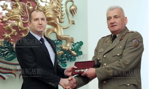 8 марта 2017 года, начальник обороны, генерал-майора Андрей Боцев - получил из рук президента Болгарии, Румена Радева, погоны генерал-лейтенанта