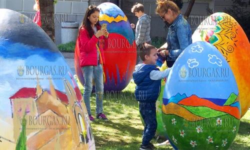 12 апреля 2017 года, Пловдив, 10 красиво расписанных яиц разместили у здания мэрии города, высота каждого яйца 120 см