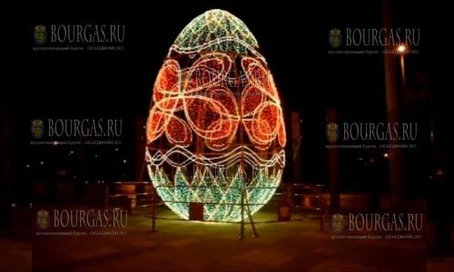 12 апреля 2017 года, Сливен, здесь в центре города установили 6-метровое светящиеся яйцо