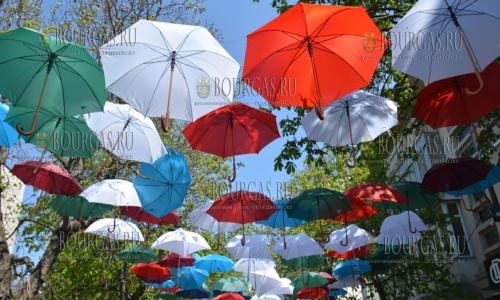 13 апреля 2017 года, Благоевград, в пешеходной зоне города заработала арт-инсталляции из разноцветных зонтов приуроченная к празднику Пасхи