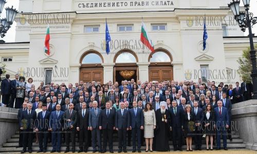 19 апреля 2017 года, София, все депутати Парламента Болгарии 44-го созыва с некоторыми представителями органов исполнительной власти
