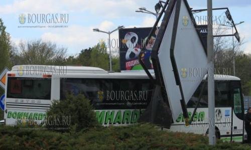 24 апреля 2017 года, на выезде из Бургаса автобус снес билборд, чудом никто не пострадал