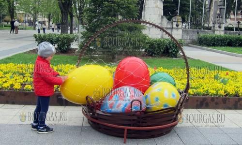 6 апреля 2017 года, Плевен, пасхальное настроение горожанам и гостям города добавляет большая корзина с огромными разноцветными пасхальными яйцами