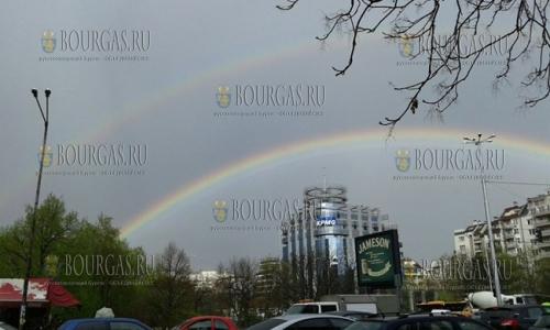6 апреля 2017 года, София, сегодня в столице Болгарии то и дело срывался дождь и над гордом появилась двойная радуга