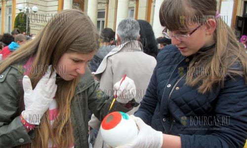 7 апреля 2017 года, Пернки, здесь учащиесся местных школ соревновались в раскрашивании куриных яиц сделанных из гипса