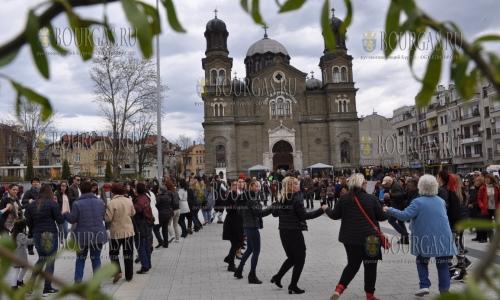 8 апреля 2017 года, Бургас празднует Цветницу на площади на площади Святых Кирила и Методия