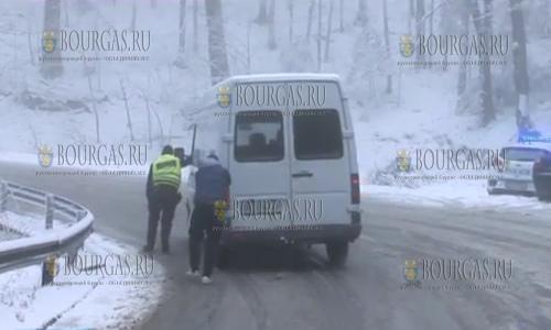 Апрельский снег в Болгарии, такие практически зимние погодные условия затруднили движение автотранспорта на перевале Шипка