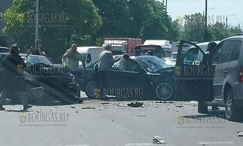 2 мая 2017 года, Варна, на пересечение улиц Кракра и Христо Ботев столкнулись автомобили БМВ и Мерседес, 6 человек доставили в больницу
