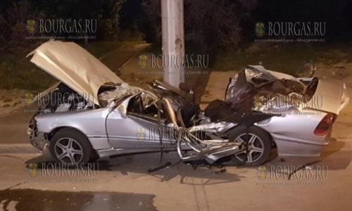 4 мая 2017 года, София, автомобиль Мерседес не разминулся со столбом - в итоге трое пострадавших, а авто восстановлению не подлежит