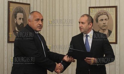 Бойко Борисов вручил Румену Радеву документ об использованном мандате на формирование правительства