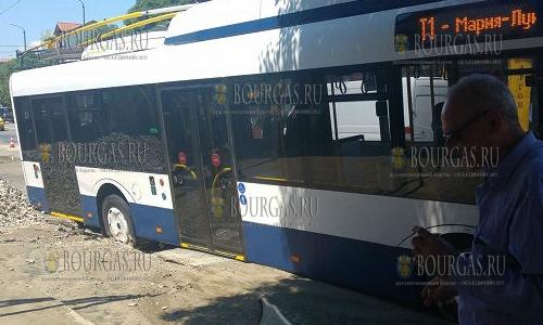 На улице в Бургасе провалился троллейбус