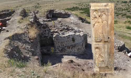 на раскопках в крепости Русокастро была обнаружен фрагмент двусторонней иконы из слоновой кости