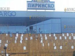 Порывы ураганного ветра разрушили фасад торгового центра Largo в Благоевграде
