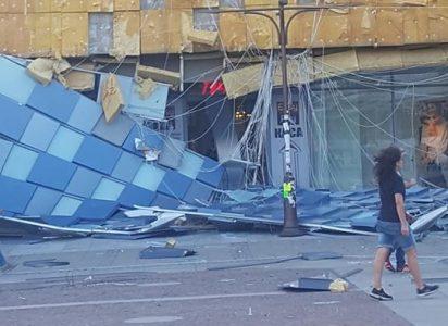ураганный ветер разрушили фасад торгового центра Largo в Благоевграде