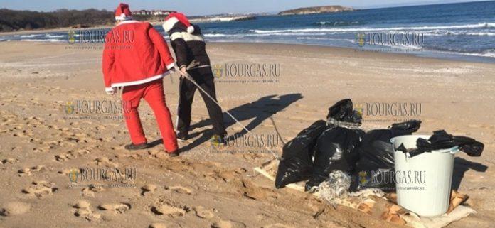 Деды Морозы убрали мусор с пляжа Аркутино