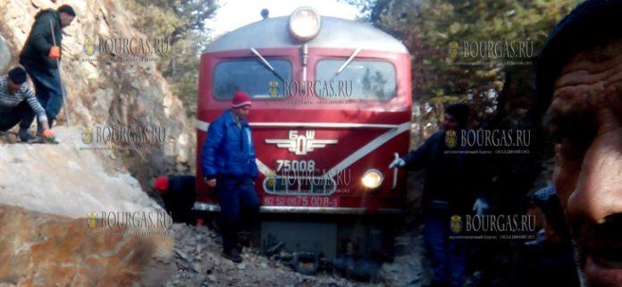 на горном участке железнодорожного пути Якоруда - Белица, пассажирский поезд сошел с рельсов
