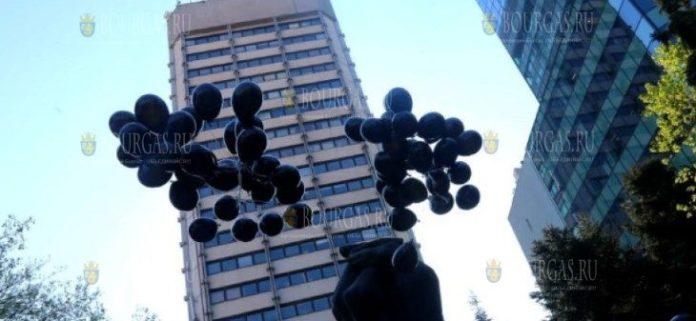 В небо Болгарии выпустили 92 черных воздушных шара