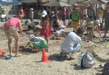 Дети строят песчаные замки в городе-курорте Балчик