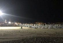 Мощные лампы освещают ночью пляж на Солнечном Берегу