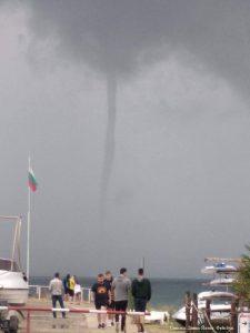 Торнадо в море в районе Равды