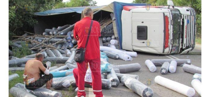 Пьяный украинский водитель грузовой фуры перевернулся на трассе Русе-Бяла