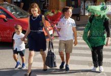 Зеленый крокодил провожает учащихся в Бургасе