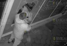 Болгарка в ходе ссоры с молодым человеком разбила головой витрину магазина