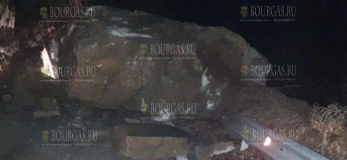Огромная скала преградила путь к селу в Родопах
