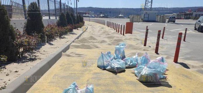 Сильный ветер нагнал много песка на улицах Варны