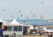 Десятки кайтсерферы вчера заполнили пляжи Болгарии