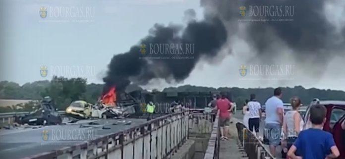 На автомагистрали Тракия в Болгарии тяжелый грузовик выехал на встречку, есть погибшие