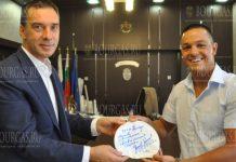Мэр Димитар Николов вручил золотую карту бургаскому пловцу - Цанко Цанкову