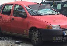 В столице Болгарии - Софии, часть обшивки здания упала и разбила автомобиль