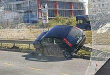Автомобиль приземлился на ограждение в Бургасе