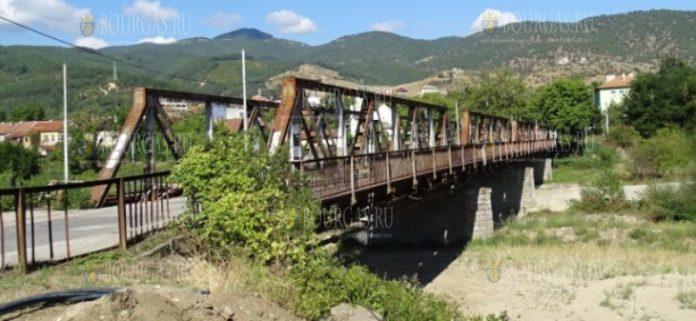 разбирают мост через реку Струма в Симитли